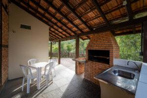 Deck com churrasqueira da Casa Enxaimel Pousada Alto São Martinho